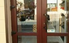 Власників магазину у Чернівцях змусили зняти дискримінаційний знак (фото)