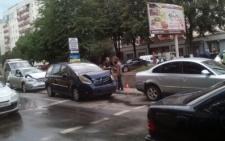 У Чернівцях на бульварі Героїв Крут зіткнулися одразу три іномарки (відео)