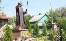 На Буковині є пам'ятник Івану-Павлу ІІ, який подарували польські байкери