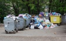 Через борги депутата міськради, мікрорайон у Чернівцях потопає в смітті (фото)