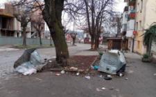 У центрі Чернівців вандали понищили контейнери для сміття