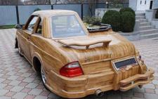 Унікальний автомобіль ручної роботи з дерева чернівчанин виставив на продаж (фото)