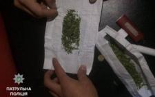 У Чернівцях патрульні виявили у групи людей наркотики (фото)