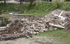 У Чернівцях в парку «Жовтневий» підприємець висипав гори будівельного сміття (фото)