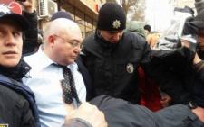 У Чернівцях звинуваченого у сепаратизмі політолога забрала поліція