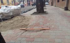 Плитка на тротуарах вулиці Богдана Хмельницького почала провалюватися (фото)
