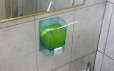 У вбиральні в центрі Чернівців мило наливають на руки одноразовою ложкою (фото)
