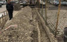 Щоб прокласти кабель у Чернівцях зруйнували новий тротуар (фото)
