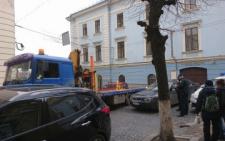 У Чернівцях патрульна поліція розпочала евакуйовувати авто, які перешкоджають дорожньому руху (фото)