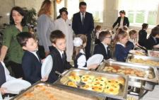 У Чернівцях шведські столи в школах скасували, бо нічим їх заповнити