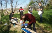 У Чернівцях свободівці прибрали сміття та встановлювали лавиці в парку Шиллера (фото)