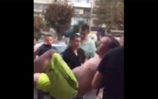 У Чернівцях між містянами та поліцією виникла сутичка: жінка намагалася вихопити у патрульного пістолет (відео)