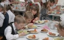 У Чернівцях школярів продовжать годувати сніданками
