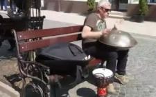 Чернівчанин грає на дивному інструменті, який видає неймовірно чарівні звуки (відео)