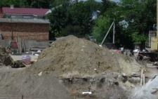 Через сусіднє будівництво у Чернівцях тріщить земля поруч з магазином (відео)