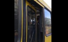 В переповненій маршрутці у Чернівцях на ходу зламалися двері (відео)