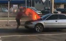 У Чернівцях посеред вулиці під час руху спалахнув автомобіль (відео)