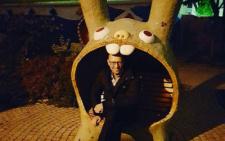 Буковинець Арсеній Яценюк розсмішив мережу, сфотографувавшись на лавочці у вигляді кролика (фото)