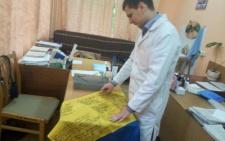 Чернівецькому лікарю-атовцю перед демобілізацією місцеві жителі подарували український прапор