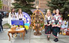Біля ОДА в Чернівцях пройшов фестиваль-конкурс «Розквітай, писанка!» (фото)