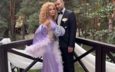 Співачка з Буковини зі своїм коханим показала фото з весілля