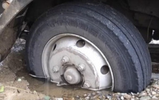 У Чернівцях вантажівка застрягла колесом у ямі, яку вимила вода з несправної каналізації (відео)