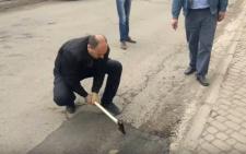 На Буковині чиновники руками зривали недавно покладений асфальт (відео)