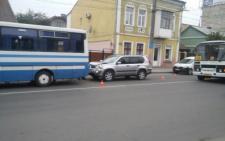 У Чернівцях на вулиці Головній джип влетів у автобус