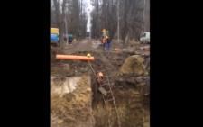 Біля аеропорту «Чернівці» комунальники вирили величезний котлован (відео)